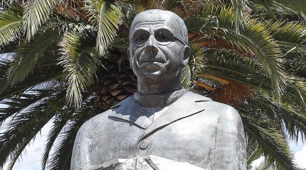 A bust of Aurelio Espinosa Polit outside of the Aurelio Espinosa Pólit Museum and Library in Quito Ecuador.