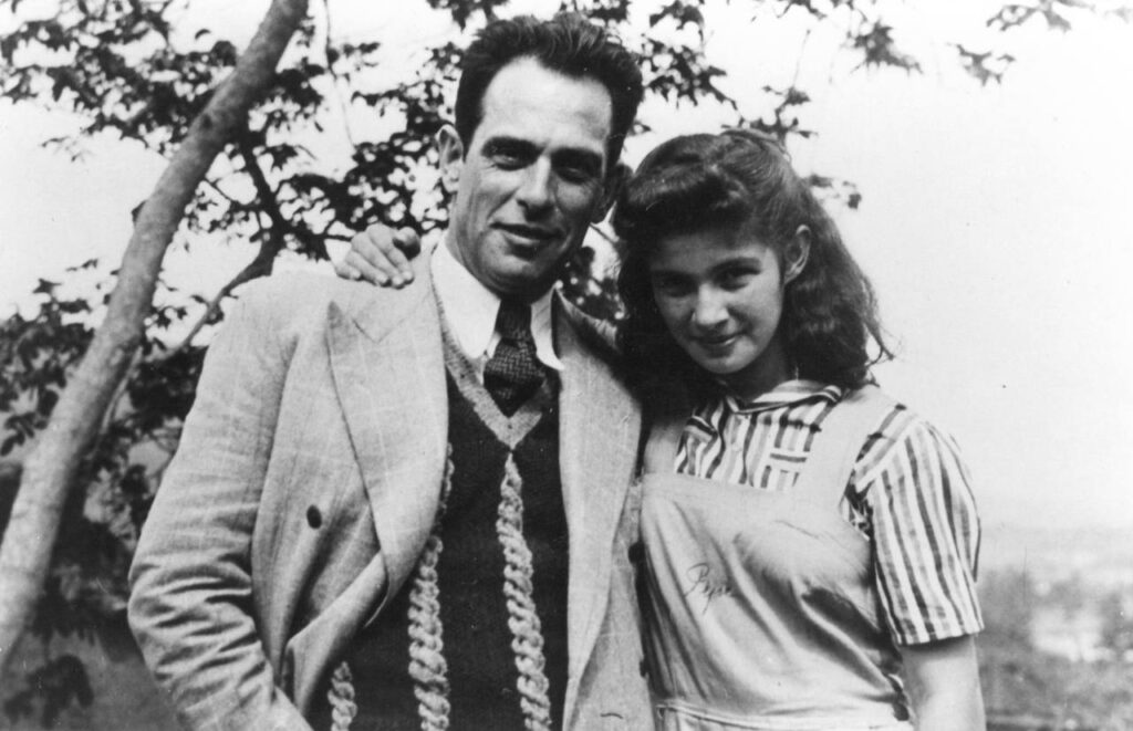 Benjamín Carrión with his daughter María Rosa (who was known as Pepe) at the La Granja residence, 1940.
