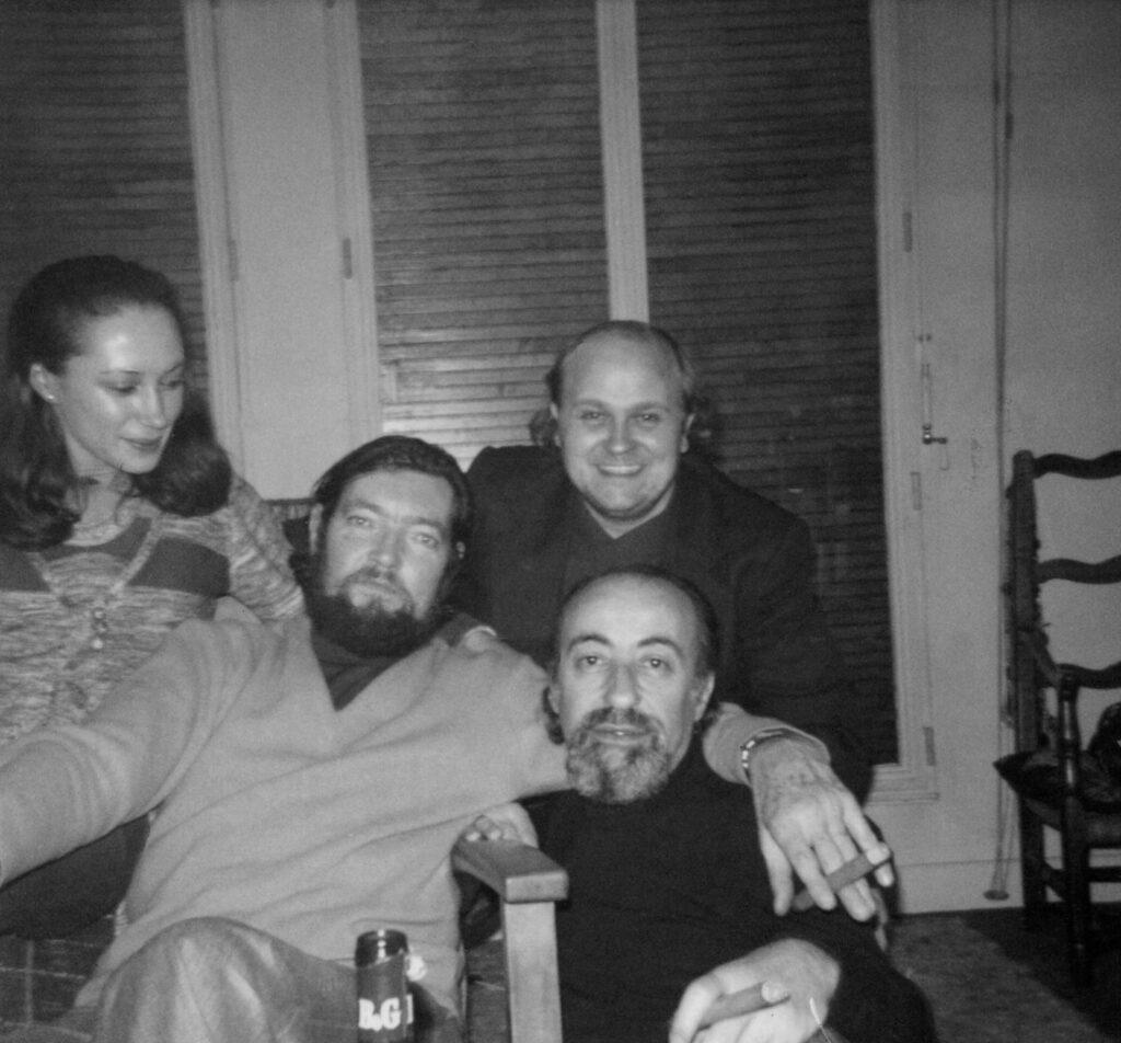 Jorgenrique durante su estancia en Paris en 1976, posa junto con su hija Alejandra y los escritores argentino Julio Cortázar y Oswaldo Soriano.