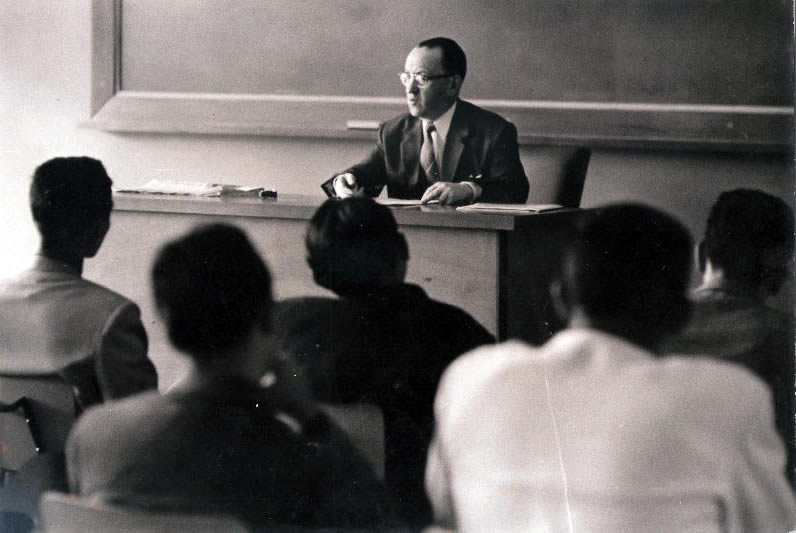 Alfonso Rumazo González teaching at the Central University of Venezuela