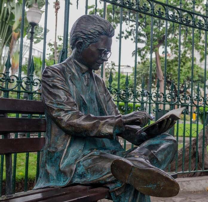 Statue of Medardo Ángel Silva sitting on a bench at the Parque Seminario, Guayaquil
